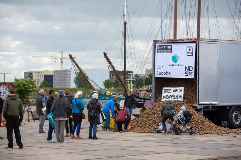 Grote belangstelling voor de aardappelberg op de Load Out van de NDSM-werf.